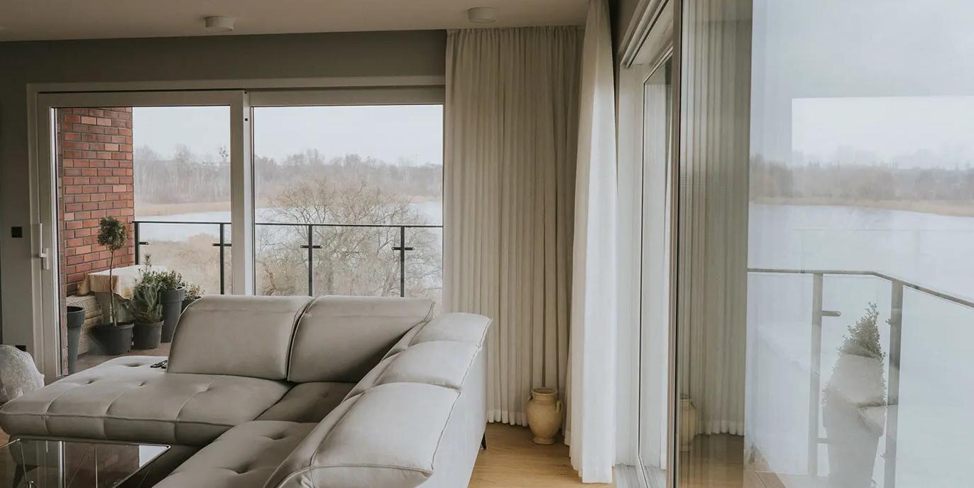 Modne dekoracje okienne do naszego domu, zasłony, karnisze i rolety