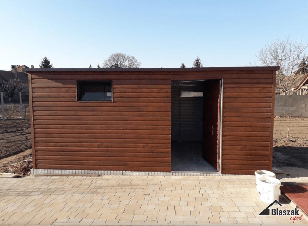 Garaż blaszany jako idealne miejsce do przechowywania sprzętów ogrodowych.