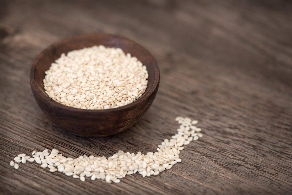 Olej sezamowy cenny dla zdrowia i urody. Okryj jego właściwości i zastosowanie!